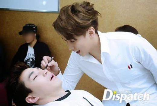 Henry (Super Junior) bị các thành viên còn lại dìm hàng không thương tiếc khi lỡ ngủ trong lúc chờ lên sân khấu.