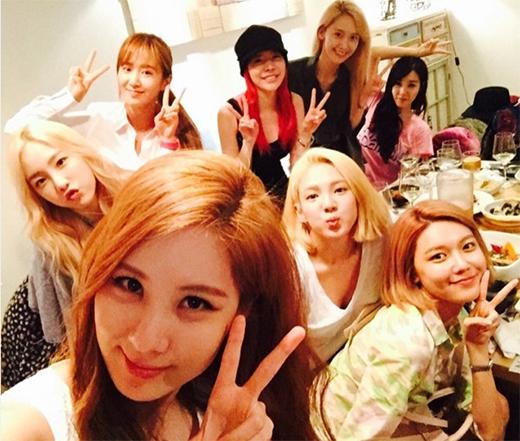 Ngày hôm qua 28/6 là sinh nhật của Seohyun, Hyoyeon đã khoe ảnh tiệc tùng tưng bừng của 8 thành viên SNSD để mừng tuổi Seohyun.