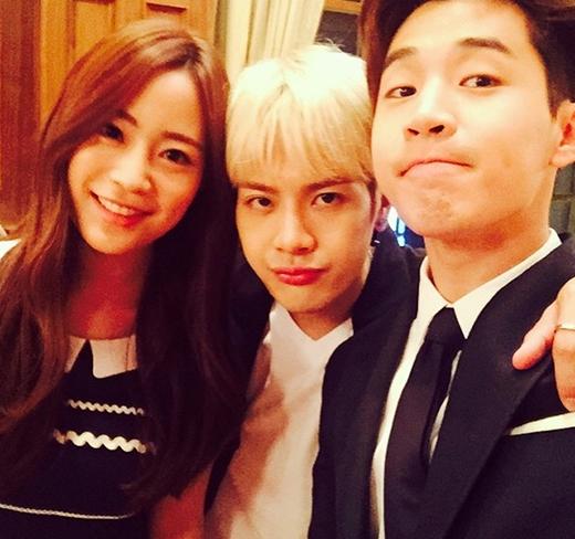 Henry khoe ảnh thân thiết cùng Jackson và Youngjikhi cùng nhau dự đám cưới của đàn anh Park Joon Hyung.