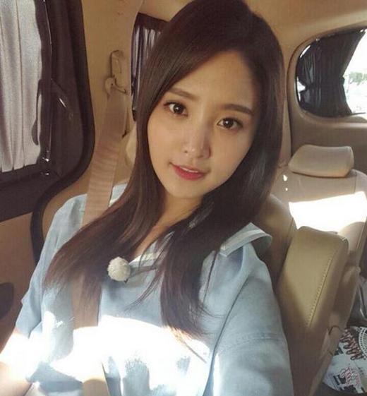 Junghwa (EXID) khoe ảnh tự sướng cực đáng yêu và chúc fan một buổi sáng vui vẻ.
