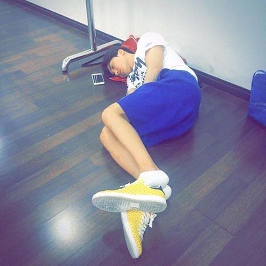Leeteuk mệt mỏi ngủ gục trên sàn giữa lịch trình bận rộn