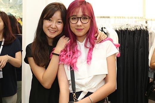 Tham dự sự kiện này còn có sự góp mặt của hotgirl Mie và bạn trai JV. Mái tóc nhuộm loang màu tím hồng của cô nàng cũng không kém phần nổi bật.