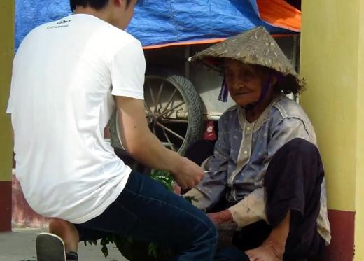 Chàng trai trẻ đến mua 3 bó rau với giá 200.000 đồng