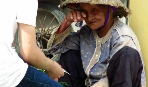 Xót thương hoàn cảnh bà cụ bán rau kiếm 10.000 đồng sống qua ngày
