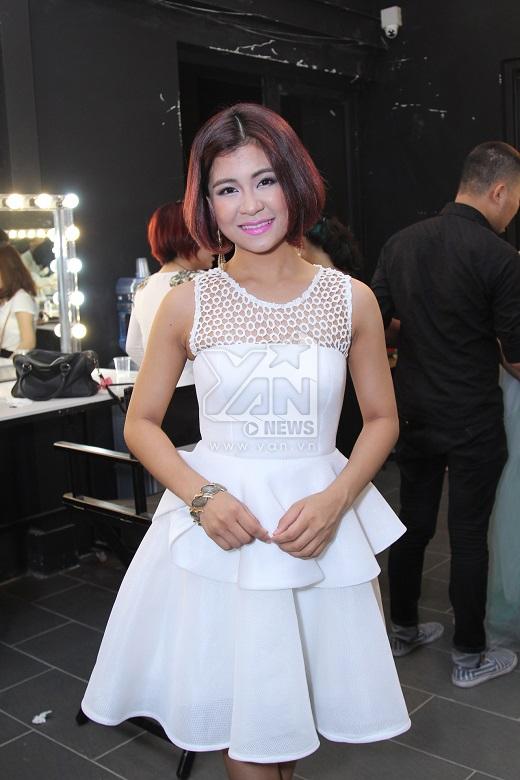 Cô em út Hà Nhi trong bộ váy trắng tinh khôi