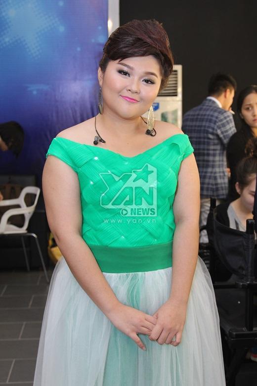 Bích Ngọc nổi bật trong bộ váy màu xanh lá cây