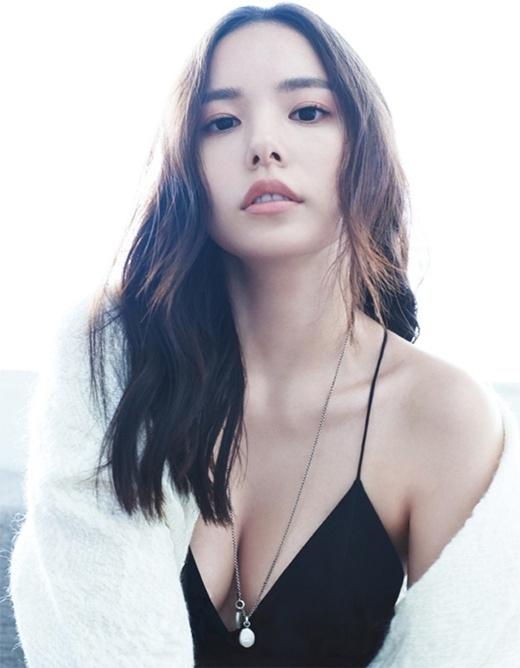 Người yêuTaeyang -Min Hyo Rinxếp vị trí thứ 4. Nữ diễn viên của JYP sinh ngày 28/2/1986,Min Hyo Rintên thật làJung Eun Ran. Min Hyo Ringia nhập làng giải trí năm 2006 với tư cách người mẫu.Min Hyo Rinđược mệnh danh là người đẹp có chiếc mũi đẹp nhất showbiz Hàn với sống mũi cao và cánh mũi thon gọn. Ngoài ra, cô còn được khen ngợi bởi vòng eo con kiến và đôi gò bồng đào bốc lửa.