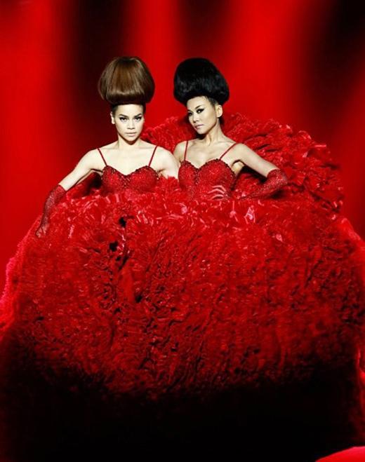 Cả hai cùng được tạo hình giống hệt nhau và trình diễn catwalk trong cùng một bộ váy tạo nên sự thích thú cho người xem.