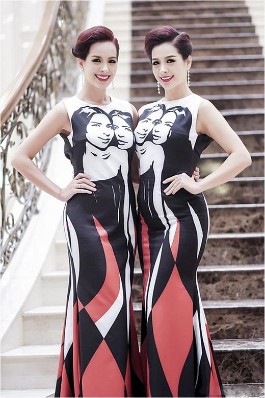 Hai chị em Thúy Hằng, Thúy Hạnh cũng diện hai bộ trang phục giống hệt nhau. Hai bộ váy sử dụng 3 màu trắng, đỏ, đen làm chủ đạo. Bên cạnh đó, mẫu thiết kế còn tạo điểm nhấn bởi hai họa tiết in hình của chính chủ nhân hai chiếc váy.