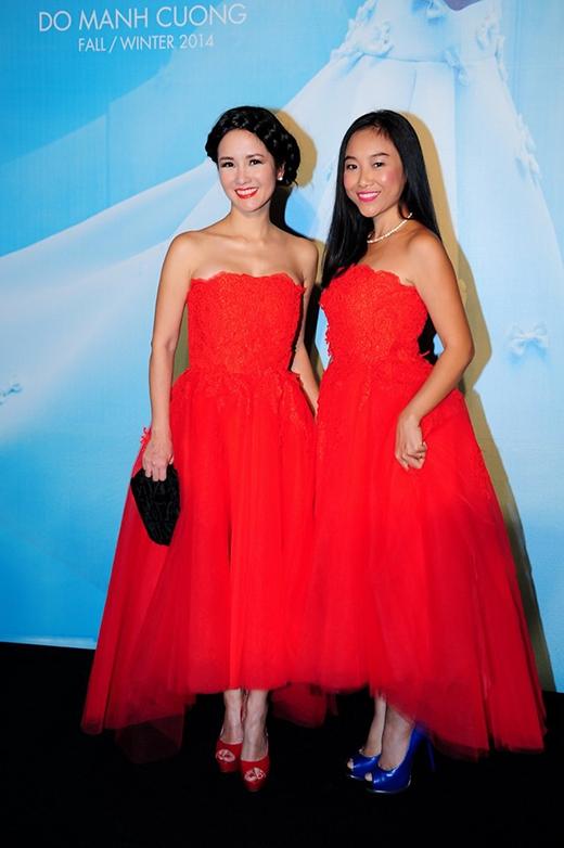 Diện hai bộ đầm đỏ trên nền chất liệu voan kết hợp với ren, Hồng Nhung và Đoan Trang lại chọn hai tạo hình khác nhau. Nếu như diva gạo cội của làng nhạc Việt chọn hình ảnh cổ điển với mái tóc bới đặc trưng thì Đoan Trang lại khá trẻ trung với mái tóc suông chẻ ngôi.
