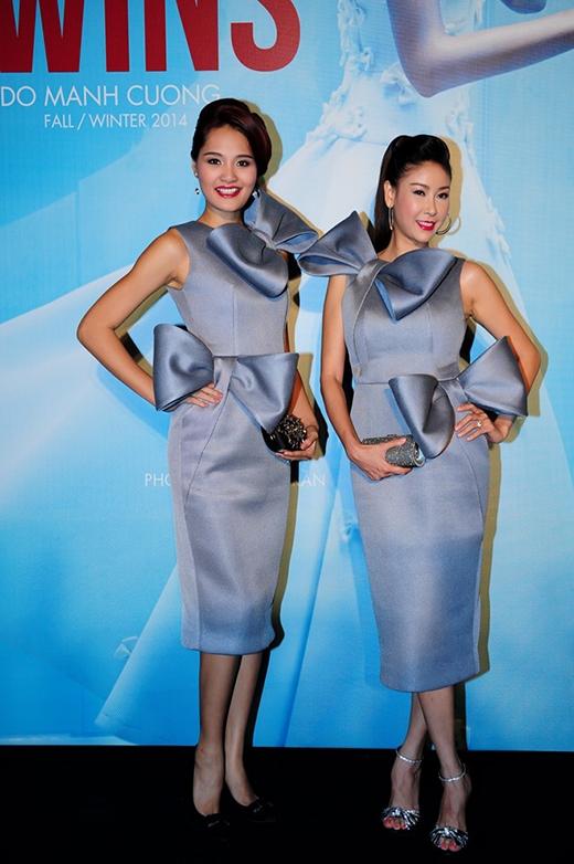 Hoa hậu Hương Giang đọ dáng cùng đàn chị HHVN 1992 Hà Kiều Anh trong bộ váy cocktail xám với họa tiết nơ tạo phom 3D độc đáo.