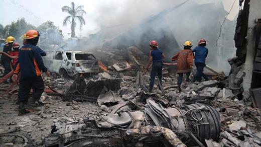 Kinh hoàng máy bay rơi trúng khách sạn, 30 người đã chết