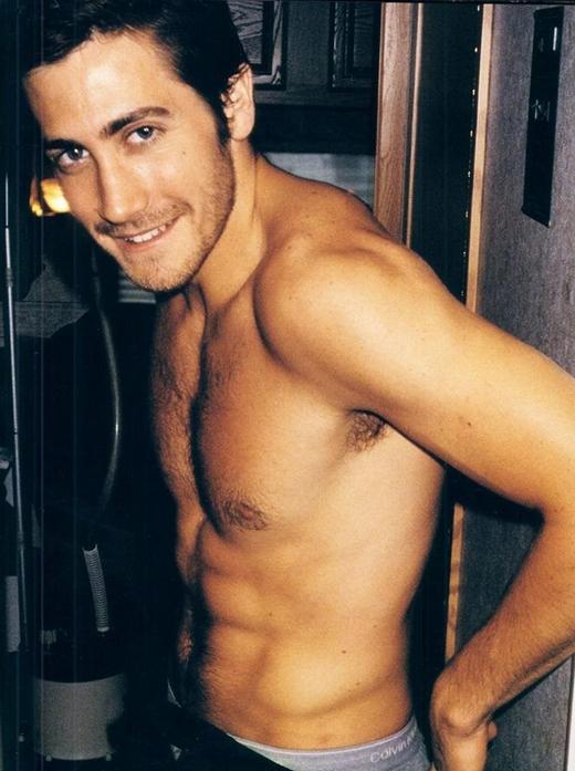 Ngôi sao Jake Gyllenhaal nổi tiếng với việc biến hóa thân hình của mình một cách ngoạn mục, anh chàng có thể từ một người còm cõi trở nên vô cùng lực lưỡng với cơ thể trong mơ.