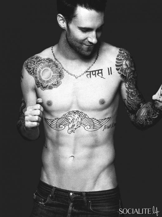Trưởng nhóm Maroon 5 - Adam Levine không chỉ chinh phục khán giả bằng giọng hát đặc trưng mà còn bởi vẻ ngoài hoàn hảo của mình. Anh đã từng được bầu chọn là Người đàn ông quyến rũ nhất hành tinh của tạp chí People.