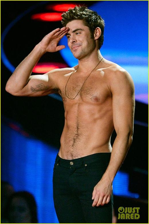 Vào tháng 4/2014 tại lễ trao giải MTV, Zac Efron đã khiến cả hội trường phấn khích khi bất ngờ cởi áo khoe thân hình cực chuẩn của mình.