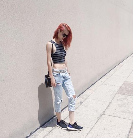 MLee luôn khiến nhiều người phải bất ngờ với gu thời trang cực cá tính và năng động của mình. Với chiếc quần jeans rách, chiếc áo crop-top ba lỗ, MLee đã khéo léo khoe được vòng 2 thon gọn nhưng giữ được phong cách khỏe khoắn của mình. Cô được rất nhiều bạn trẻ đánh giá cao về gu thời trang của mình hiện nay.