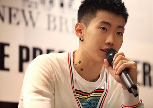 Vào năm 2009, Jay Park buộc rời khỏi 2PM vì cư dân mạng vô tình đọc được dòng bình luận trong quá khứ của anh trên trang cá nhân: Tôi ghét người Hàn. Sau sự việc này, cộng đồng người Hàn đã căm hận Jay Park và có 3.000 người ký tên buộc anh phải tự tử.