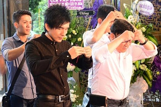 Ngày 30/6, lễ viếng hai cây đại thụ làng âm nhạc Việt Nam - nhạc sĩ Phan Huỳnh Điểu và Phan Nhân - cùng lúc diễn ra tại Nhà tang lễ Thành phố (25 Lê Qúy Đôn, quận 3, TP HCM). Để bày tỏ lòng kính trọng, biết ơn sự cống hiến cũng như gửi lời chào vĩnh biệt hai tác giả gạo cội về nơi an nghỉ cuối cùng, nhiều nghệ sĩ đã đến phúng viếng. - Tin sao Viet - Tin tuc sao Viet - Scandal sao Viet - Tin tuc cua Sao - Tin cua Sao