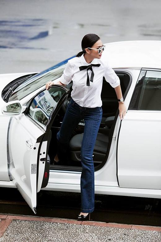 Với mốt thời trang này, Thanh Hằng lại chọn phong cách menswear mạnh mẽ. Cô diện chiếc quần jeans xanh đậm cùng áo sơ mi trắng và thắt nơ đen.