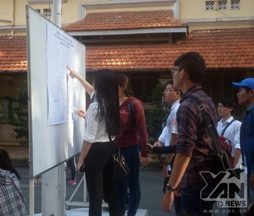 Các thí sinh xem biển chỉ dẫn tại trường ĐHĐH Khoa học Tự nhiên TP.HCM