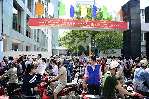 TP.HCM: Hàng ngàn thí sinh làm thủ tục dự thi THPT quốc gia 2015