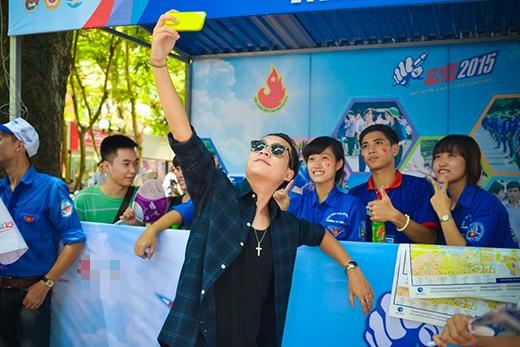 Hào hứng chụp ảnh cùng các bạn tình nguyện viên khác. - Tin sao Viet - Tin tuc sao Viet - Scandal sao Viet - Tin tuc cua Sao - Tin cua Sao