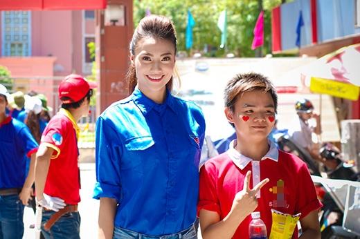 Hồng Quế không quản nắng nóng 40 độ C đi làm tình nguyện viên - Tin sao Viet - Tin tuc sao Viet - Scandal sao Viet - Tin tuc cua Sao - Tin cua Sao