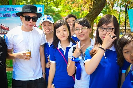 Hoàng Touliver được rất nhiều bạn trẻ xin chụp ảnh và xin chữ ký. - Tin sao Viet - Tin tuc sao Viet - Scandal sao Viet - Tin tuc cua Sao - Tin cua Sao