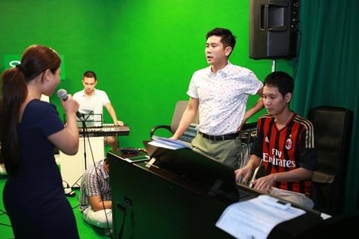 Nhạc sĩ Hồ Hoài Anh cũng có mặt để giúp các thí sinh rèn luyện kĩ năng thanh nhạc. - Tin sao Viet - Tin tuc sao Viet - Scandal sao Viet - Tin tuc cua Sao - Tin cua Sao