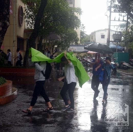 Sĩ tử Sài thành bì bõm đội mưa trước giờ thi Ngoại ngữ