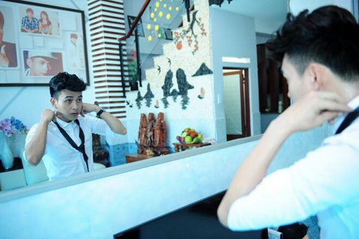 Nam ca sĩ Hồ Quang Hiếu đã đăng tải hình ảnh này trên trang cá nhân và tự nhận mình rất đẹp trai, đẹp đến mức ngay cả bản thân anh cũng không chấp nhận được.Hành động này của Hồ Quang Hiếu đã khiến các fans của anh công nhận thần tượng mình là 1 người thực sự rất hài hước.