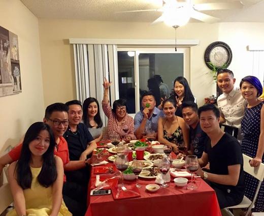 Nữ ca sĩ Thanh Thảo đã có những giờ phút thoải mái khi được tham dự một buổi tiệc sinh nhật tập thể của bạn. Có thể thấy mọi người trong buổi tiệc đều rất vui vẻ, và ngoài ra còn có sự xuất hiện của ca sĩ Quang Dũng.