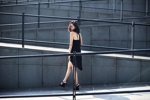 Mới đây,An Kynchia sẻ lên trang cá nhân bức hình diện chiếc váy đen khoe vai trần gợi cảm.An Kyn là gương mặt hot girl được khá nhiều bạn trẻ yêu mến tại Hà thành. Không chỉ xinh đẹp mà cô nàng còn khá đa tài trong nhiều lĩnh vực. Hiện cô không chỉ làm người mẫu ảnh mà còn đang là stylist trẻ được nhiều người biết đến.