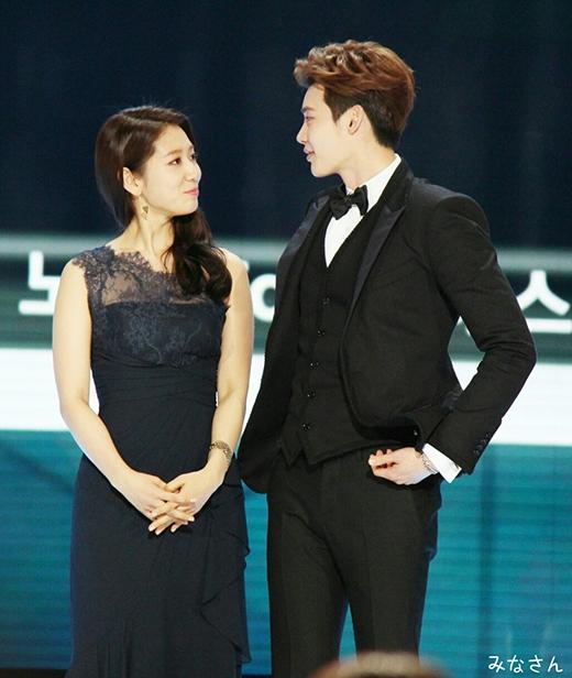 Lộ ảnh đeo vòng đôi, fan khẳng định Lee Jong Suk và Park Shin Hye là một cặp
