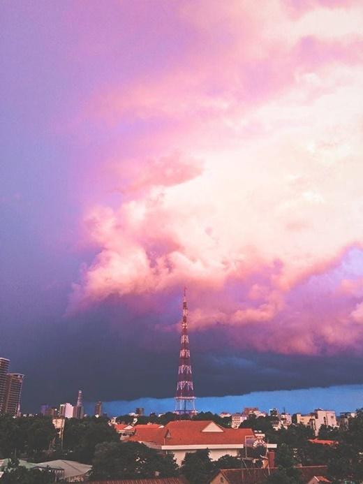 Quang cảnh chiều nay tại Sài Gòn nhìn không khác gì hình ảnh được cắt ra từ một bộ phim bom tấn Hollywood. Cực kì bắt mắt và ấn tượng. (FB Võ Thoại)