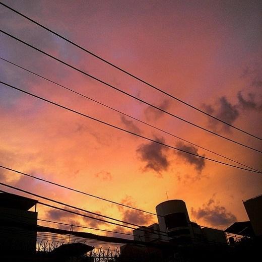 Hàng trăm bạn trẻ khác nhau liên tục khoe ảnh mình chụp về bầu trời đặc biệt chiều nay. Trong đó có rất nhiều những tấm ảnh nghệ thuật và đẹp xuất sắc như thế này đây! (FB Cao Tín Thạch)
