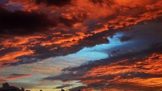 Huỳnh Thái Ngọc - cha đẻ của nhân vật Thỏ Bảy Màu bá đạo cũng vô tình chụp được khoảnh khắc bầu trời Sài Gòn chiều hôm nay!