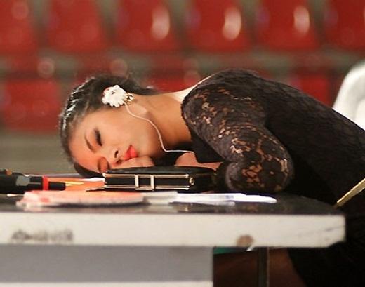 Ngọc Hân ngủ gục trên bàn ban giám khảo trong lúc giải lao - Tin sao Viet - Tin tuc sao Viet - Scandal sao Viet - Tin tuc cua Sao - Tin cua Sao