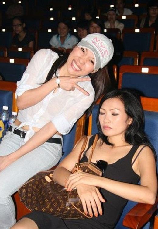 Mỹ Tâm hài hước chọc ghẹoPhương Thanhkhi cô đang tranh thủ chợp mắt. - Tin sao Viet - Tin tuc sao Viet - Scandal sao Viet - Tin tuc cua Sao - Tin cua Sao