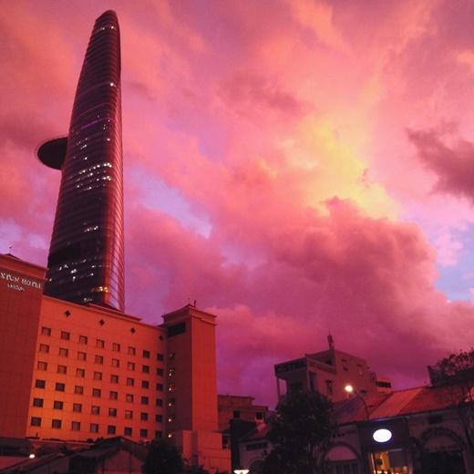 Cận cảnh bầu trời Sài Gòn chuyển màu siêu ảo diệu trong chiều hôm nay