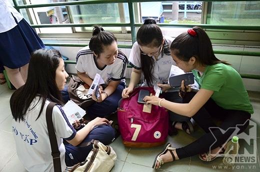 Một nhóm bạn nhắc nhở nhau các dụng cụ cần thiết có thể mang vào phòng thi.