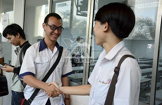 Hai nam sinh bắt tay và gửi lời chúc tốt đẹp đến nhau.