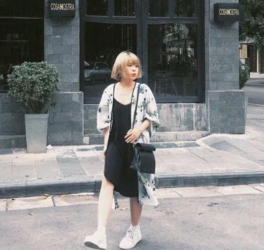 Lại Hoài Anh diện áo khoác lấy phom từ áo kimono truyền thống kết hợp cùng váy hai dây đen theo mốt ngủ.