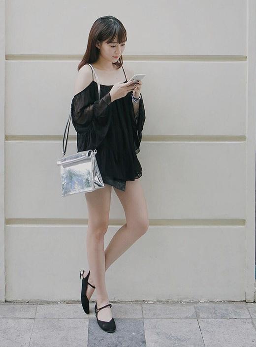 Chiếc túi ánh kim nổi bật trên nền phông đen của chiếc áo ren trễ vai diện theo mốt giấu quần của Sun HT.