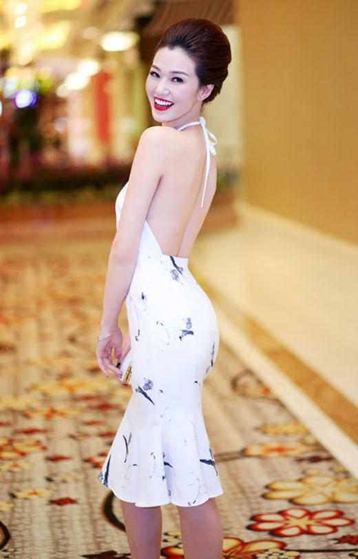 Khánh My có vẻ khá ưa chuộng kiểu cổ áo truyền thống này. Mới đây, khi tham dự một sự kiện, cô diện chiếc váy cocktail đuôi cá với phần cổ yếm khoét sâu. Bộ váy sử dụng họa tiết chim hạc đen nổi bật trên nền vải trắng.