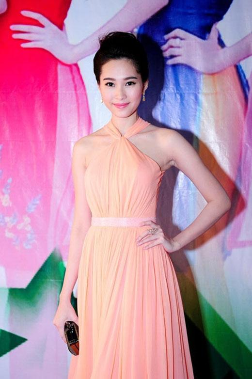Hoa hậu Đặng Thu Thảo lại nền nã hơn với sắc cam pastel cùng chất liệu voan mềm mại. Những thiết kế mang đậm chất nữ tính, sang trọng luôn giúp cô ghi điểm tuyệt đối.
