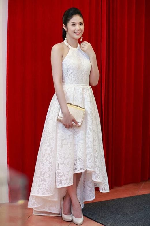 Ngọc Hân lại chọn phom váy mullet được thực hiện trên nền chất liệu xuyên thấu gợi cảm. Phụ kiện đi kèm gồm hoa tai dài đính hạt giả và ví cầm tay to bản ánh kim.