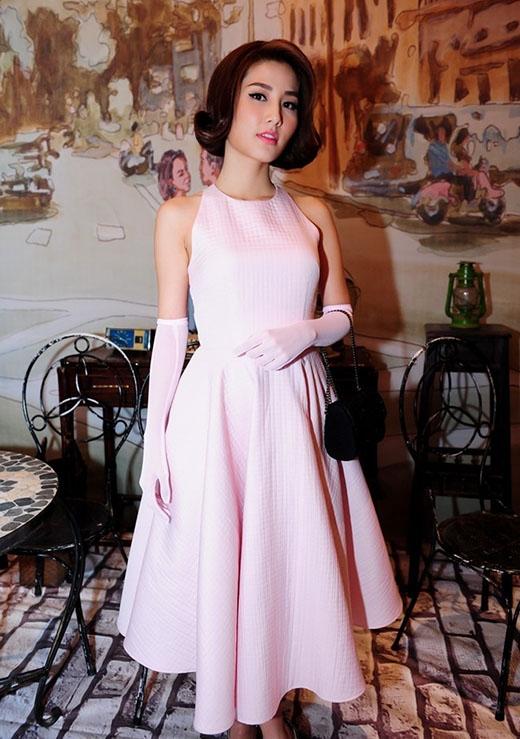 Diễm My 9X hóa quý cô cổ điển trong chiếc váy xòe ngắn màu hồng pastel dịu ngọt. Bộ trang phục cùng phụ kiện và kiểu trang điểm tự nhiên đã tạo nên một tổng thể vô cùng hoàn hảo.
