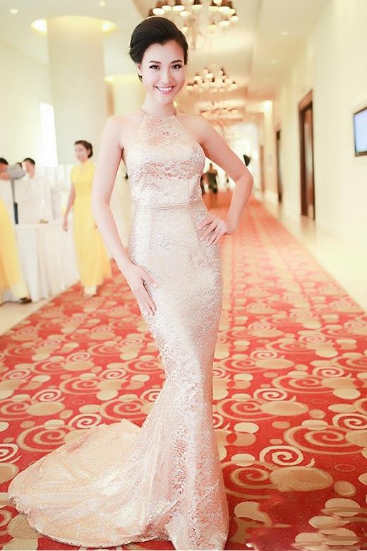 Sao Việt so kè vẻ gợi cảm với váy cổ yếm