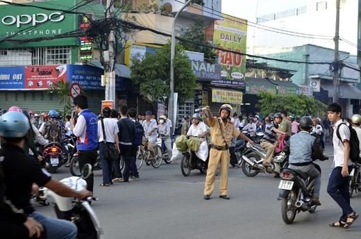 Lực lượng cảnh sát giao thông phải rất vất vả để điều tiết giao thông